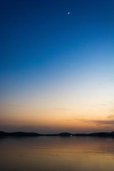 Céu colorido ao pôr do sol no lago