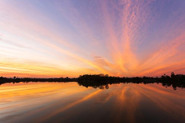 Céu colorido com nuvem ao pôr do sol