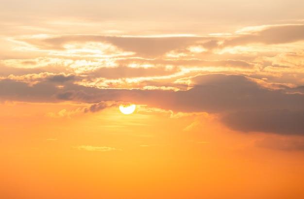 Céu colorido com nuvens ao pôr do sol