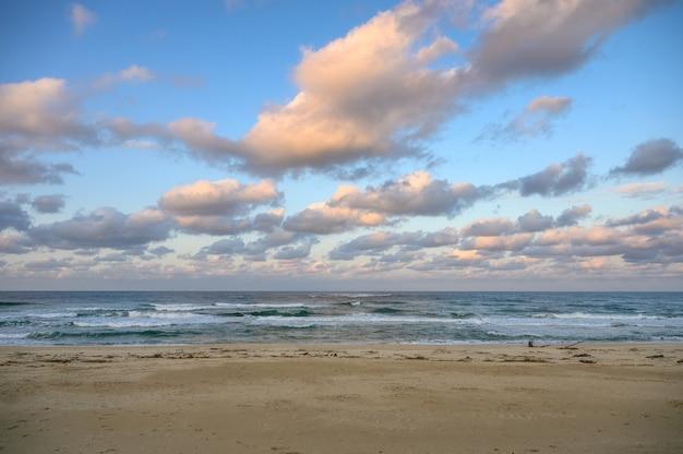 Céu colorido com nuvens em horinzon na praia na noite