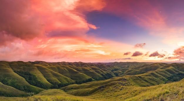 Céu colorido do sol sobre a montanha