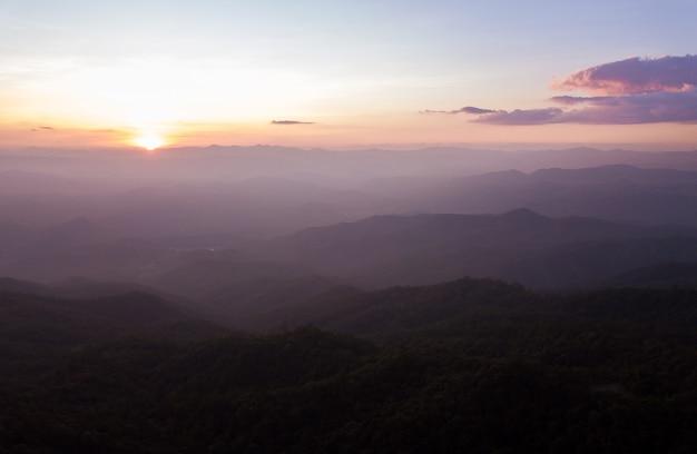 Céu colorido dramático com nuvem ao pôr do sol nas montanhas