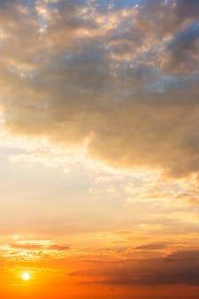 Céu colorido dramático com nuvem ao pôr do sol