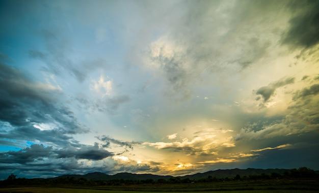 Céu colorido dramático com nuvem ao pôr do sol.