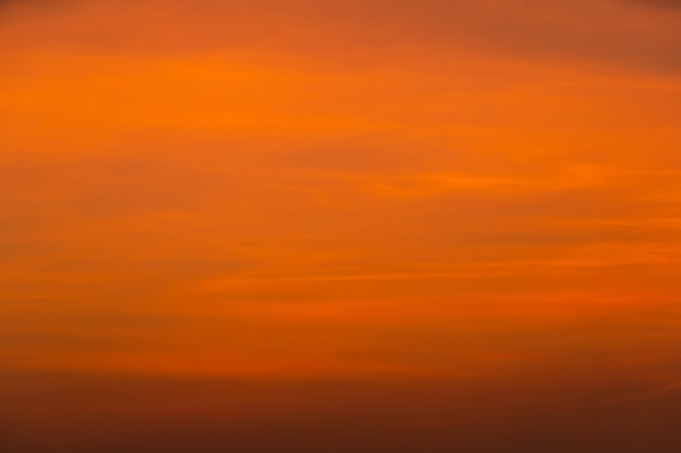 Céu colorido e nuvens ao nascer do sol da manhã.