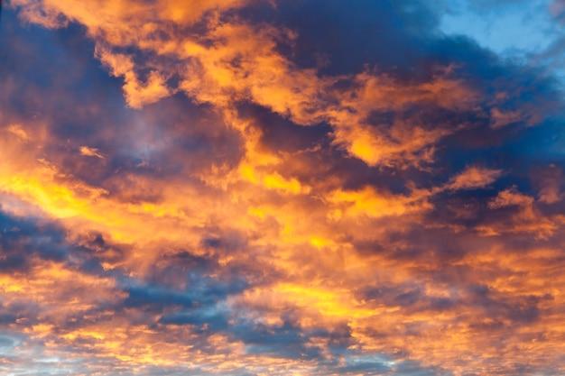 Céu colorido e nuvens ao pôr do sol.