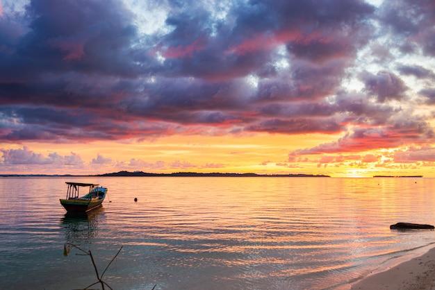 Céu colorido por do sol no mar, praia deserta tropical, ninguém, nuvens dramáticas, destino de viagem, longa exposição indonésia ilhas sumatra banyak