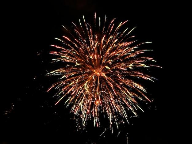 Céu com fogos de artifício à noite