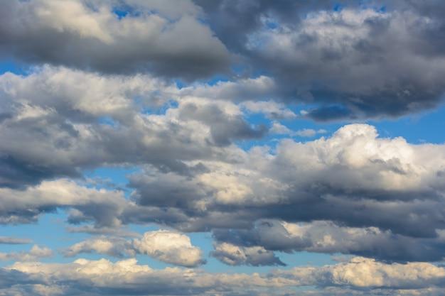 Céu com nuvens de chuva. hoje o dia está desagradável. fundo do céu.