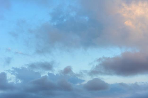 Céu com nuvens de chuva. nuvens de fundo.