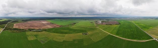 Céu com nuvens de tempestade sobre um campo agrícola verde
