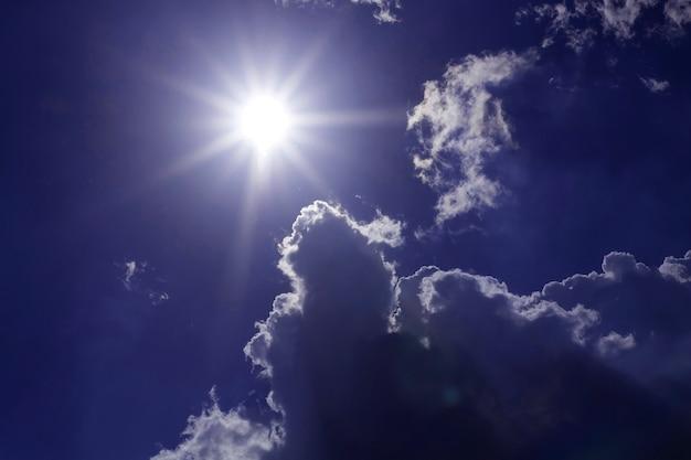 Céu com nuvens e o sol brilha um feixe lindo céu