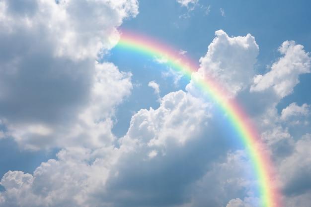 Céu com nuvens e vista do arco-íris