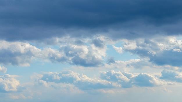 Céu com nuvens escuras na parte superior e nuvens claras na parte inferior