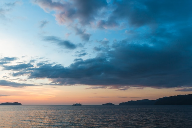 Céu com nuvens no mar com pequenas ilhas no horizonte