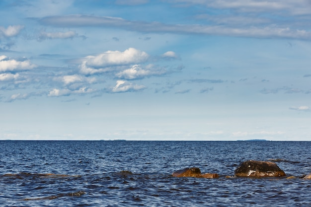 Céu com nuvens sobre o mar