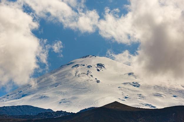 Céu com nuvens sobre o pico nevado do monte elbrus, norte do cáucaso