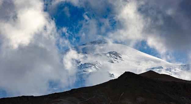 Céu com nuvens sobre o pico nevado do monte elbrus, norte do cáucaso.