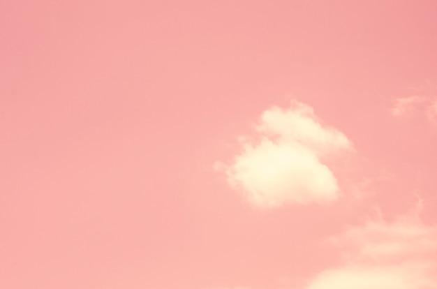 Céu cor-de-rosa com fundo borrado do teste padrão