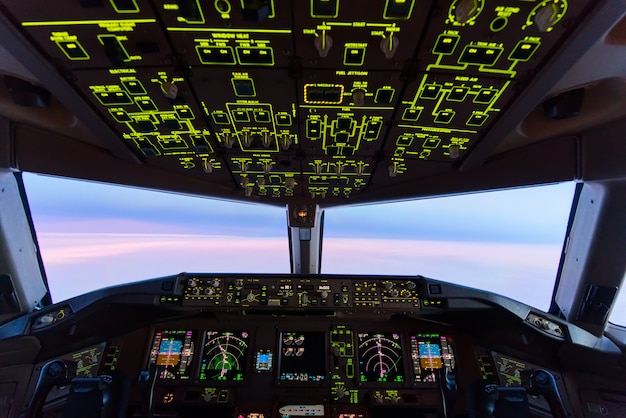 Céu crepuscular bonito do por do sol na alta altitude da opinião da cabina do piloto do avião.