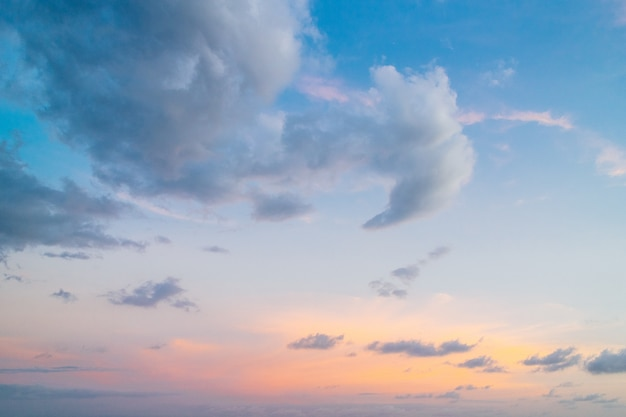 Céu crepuscular com cores azuis, amarelas e laranja no fundo à noite
