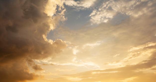 Céu crepuscular e luz dourada com silhueta. alto nível de ruído. céu noturno com nuvem