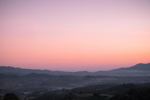 Céu de gradiente laranja a roxo