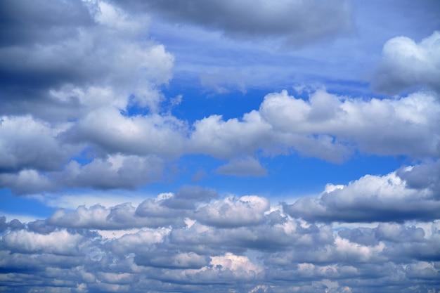 Céu de nuvens de luz do sol durante o fundo da manhã. céu azul, branco pastel, luz do sol do reflexo de lente de foco suave.