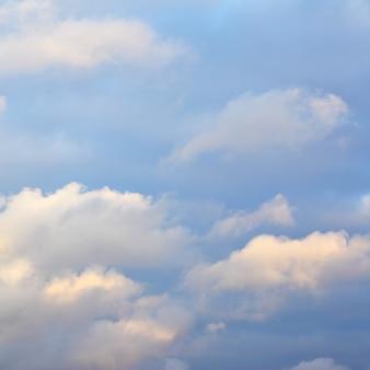 Céu de outono com nuvens, pode ser usado como plano de fundo