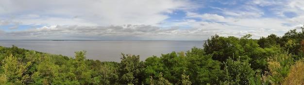 Céu de rio na floresta e nuvens brancas na ucrânia