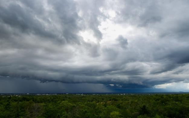 Céu de tempestade com trovões nuvens de chuva xa