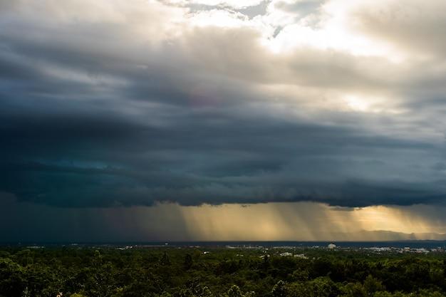 Céu de tempestade com trovões nuvens de chuva