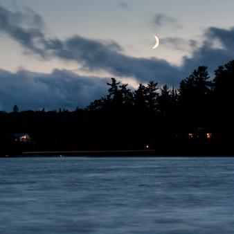 Céu do horizonte ao anoitecer no lago dos bosques, ontário