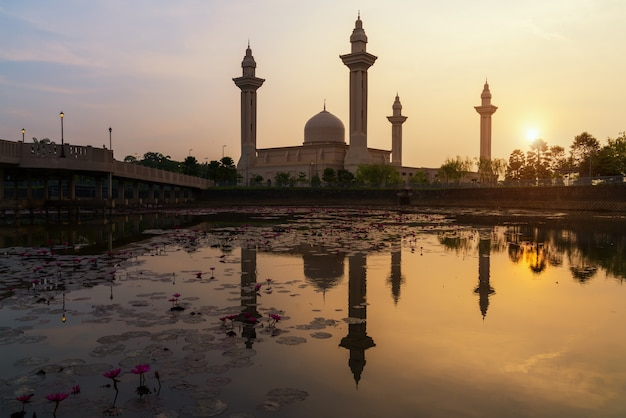 Céu do nascer do sol da manhã de masjid bukit jelutong em shah alam perto de kuala lumpur, malásia.