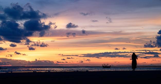 Céu do por do sol em tailândia.