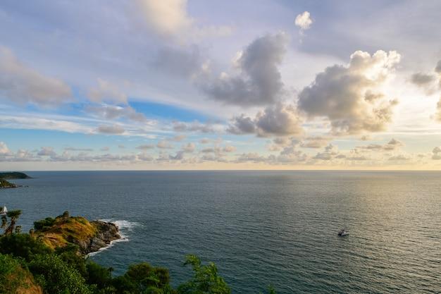 Céu do pôr do sol no cabo phrom thep, o ponto cênico da ilha de phuket, a pérola do mar de andaman, este lugar é popular para turistas