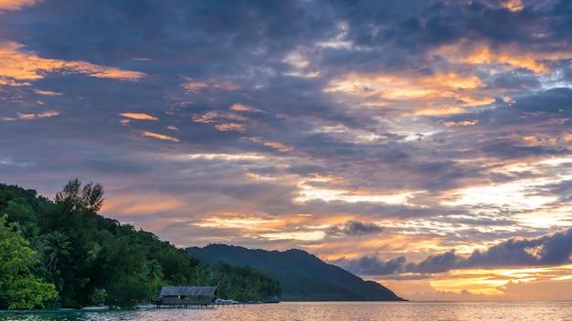 Céu do pôr do sol sobre kri e monsuar, papuásia ocidental, raja ampat, indonésia.