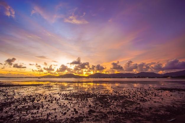 Céu do sol da natureza. natureza e conceito de viagens.
