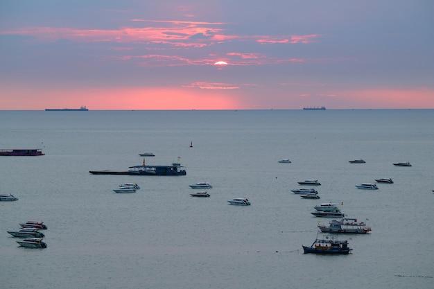 Céu do sol deslumbrante sobre o golfo da tailândia, cidade de pattaya, tailândia