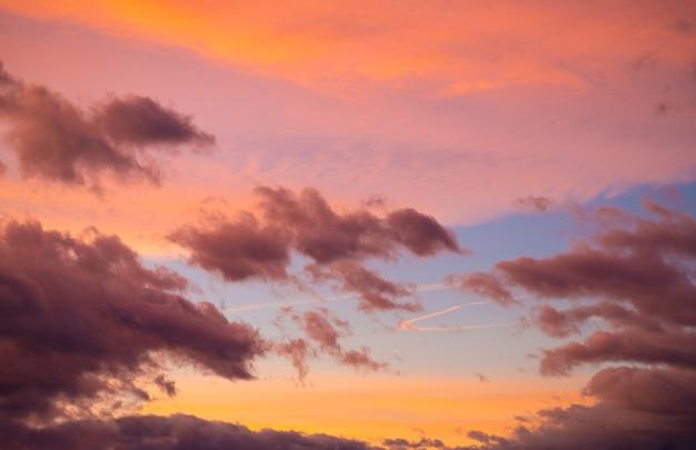 Céu do sol dramático ao entardecer colorido