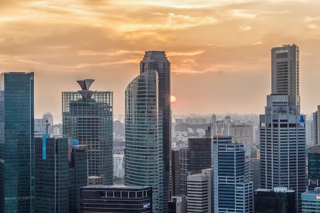 Céu do sol dramático e nuvens sobre singapura
