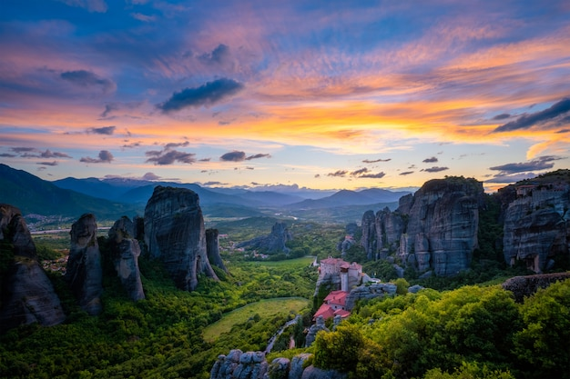 Céu do sol e mosteiros de meteora