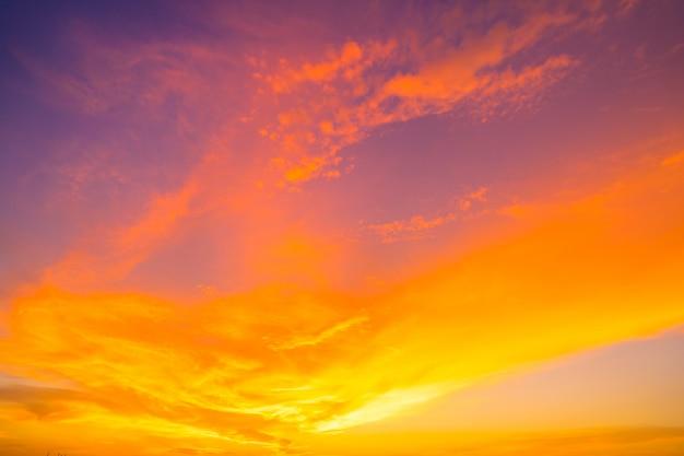 Céu do sol laranja ardente. céu bonito.
