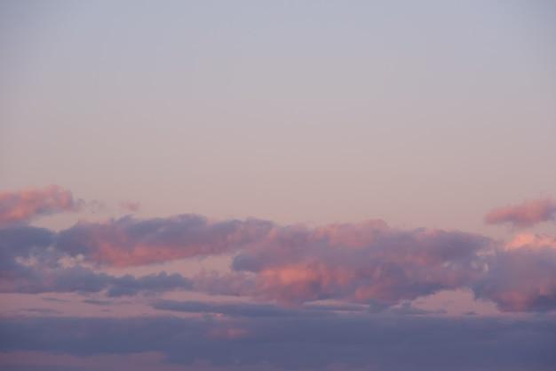 Céu do sol rosa ardente. céu lindo e perfeito para suas fotos. paisagem com nuvens de nuvens cúmulos do sol com luz solar, céu noturno. fundo celestial para sobrepor