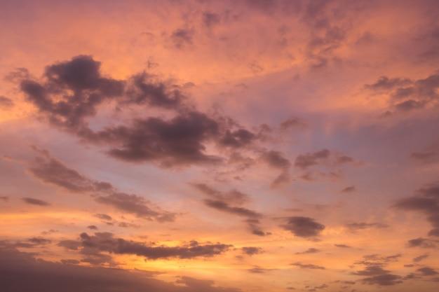 Céu do sol roxo com nuvens