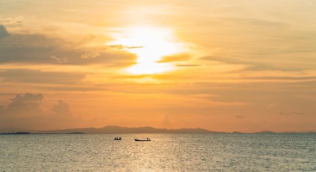 Céu do sol sobre o mar à noite com luz do sol colorida, céu ao anoitecer.