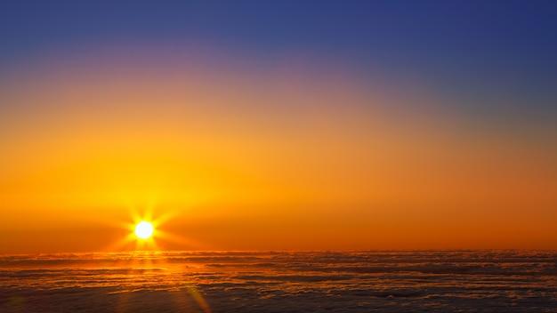 Céu do sol sobre o mar de neblina de nuvens em la palma
