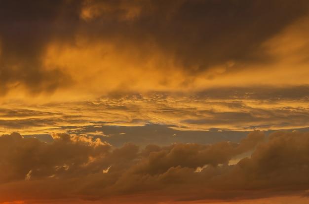 Céu dourado dramático no fundo do nascer do sol