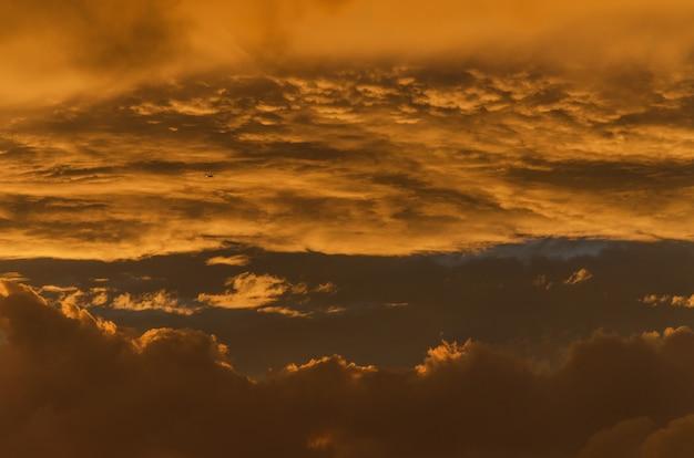 Céu dourado dramático no fundo do pôr do sol