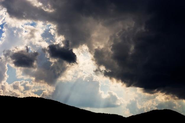 Céu dramático antes da tempestade sobre uma montanha